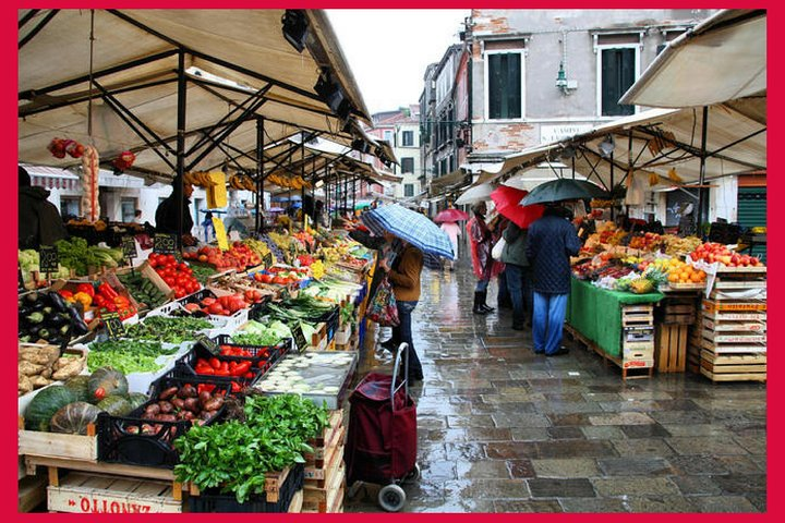 Local market visit and private cooking class at a Cesarina's home in Venice