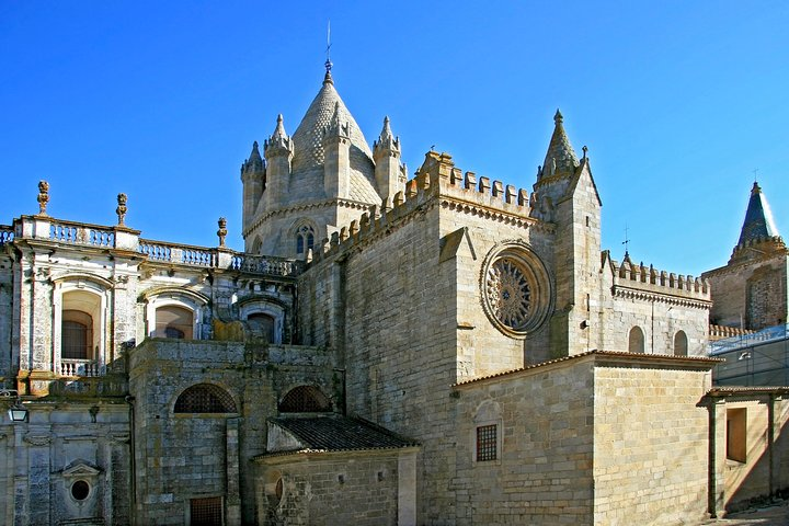 PRIVATE TOUR ÉVORA with CARTUXA WINE TASTING (Tasting of 3 wines selected)
