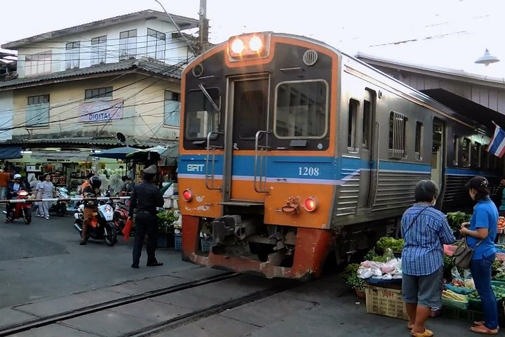 Bangkok : Street Food Adventure with train to Mahachai