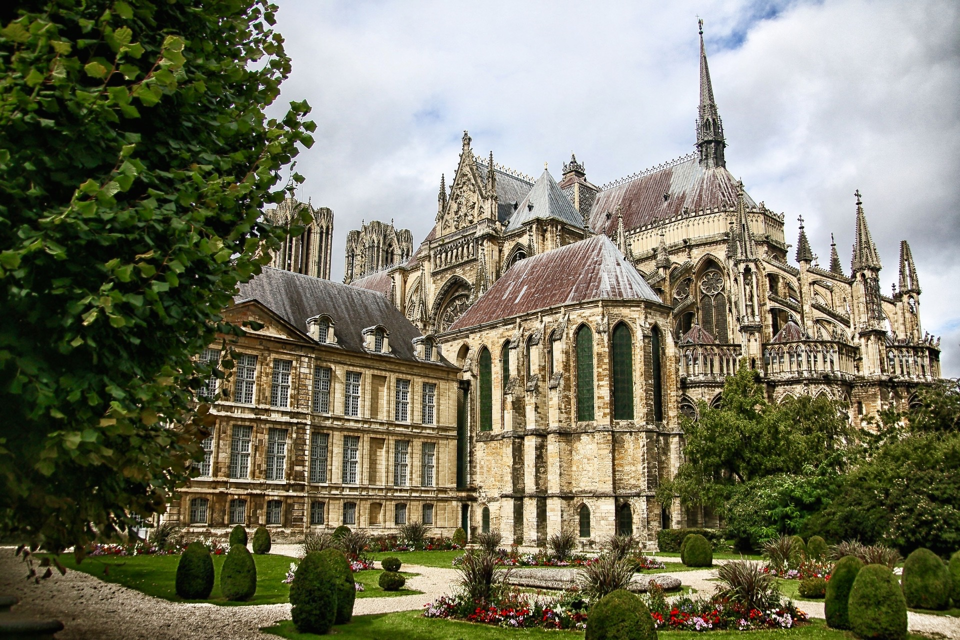 Paris: Champagne Full Day Guided Private Experience Trip with Reims Cathedral Visit, Lunch, Multiple Champagne & Wine Tasting