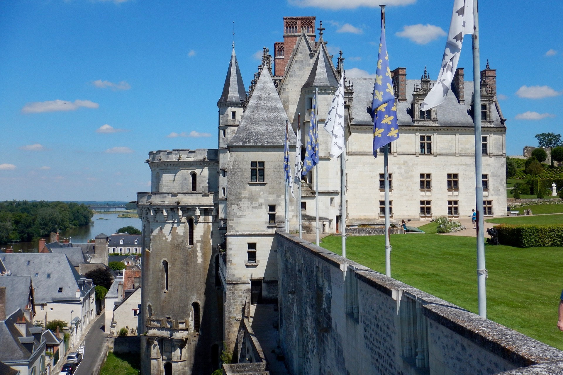 Paris: Three Loire Valley Castles Trip by Minivan: Chenonceau, Amboise, Chambord with Wine tasting