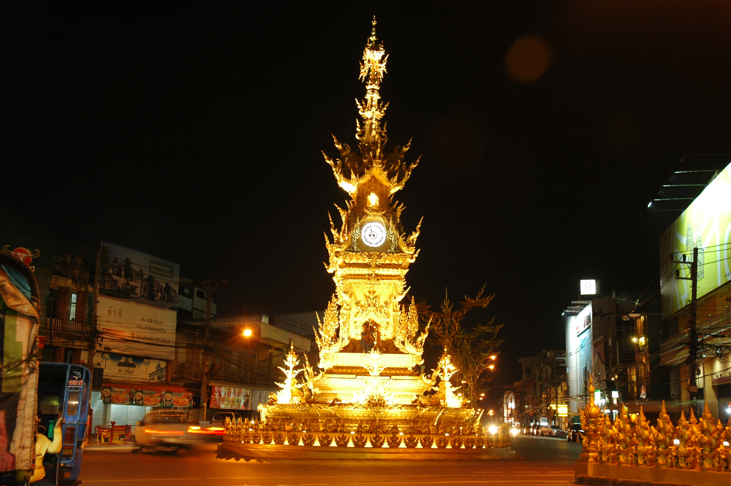 Chiang Rai by Night with Show, Dinner and Trishaw Ride