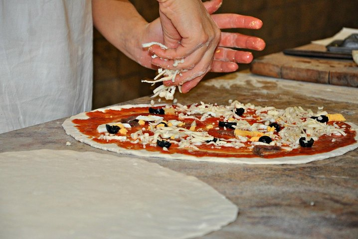 Naples: Pizza Cooking Class