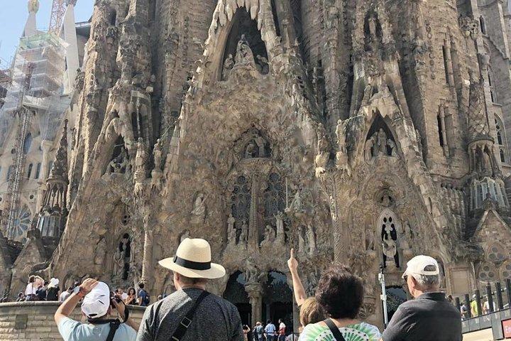 Barcelona Walking Tour & Skip the Line: Sagrada Familia