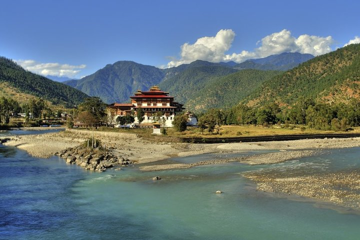 Punakha Dzong on the Mo Chhu (river)