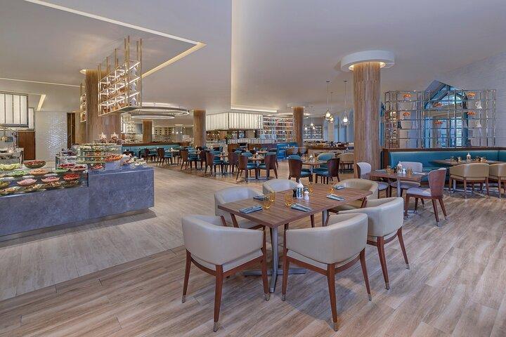 Buffet Dining in Atlantis