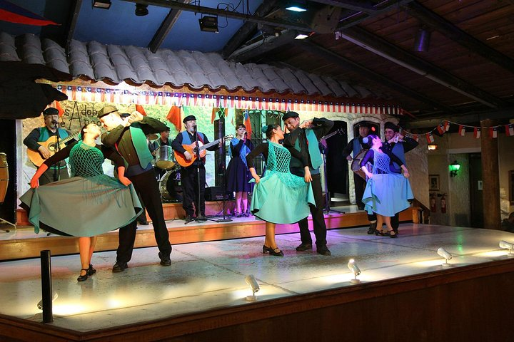 Private Tour: Santiago at Night with Dinner and Show